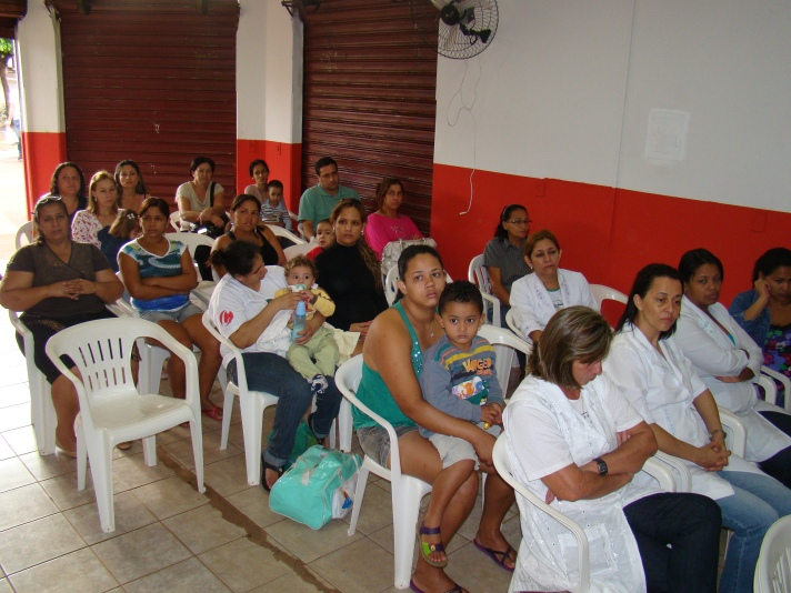 Comunidade e profissionais de saúde atentos às explicações de Dr. Willen Brasil